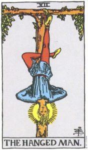 Его виселица имеет форму тау-креста [буквы Т]. Сам же персонаж - вернее, его ноги -образуют крест-свастику. Голову этого кажущегося мученика осеняет нимб. Следует отметить, что 1) жертвенное дерево живое, ибо на нем зеленеют листья; 2) на лице персонажа выражение глубокого транса, но никак не страдания; 3) вся фигура наводит на мысль о замершей на какое-то время жизни, но все же о жизни, а не смерти. Эта карта полна глубокого скрытого значения. Один из редакторов Элифаса Леви предположил, что этого значения не знал ни сам Леви, ни его комментаторы. Символ XII ошибочно именовали картой мученичества, картой благоразумия, картой долга, картой Великого Делания. Что до меня, то я просто считаю, что карта эта выражает взаимосвязь между Божественным началом и Вселенной в одном из ее аспектов. Кому дано понять, что в этом символе запечатлена вся история его высшей природы, тому многое откроется о возможности великого пробуждения, и он узнает, что после священного таинства Смерти приходит светлое таинство Воскресения из мертвых. Прорицательные значения: Мудрость, осмотрительность, проницательность, испытания, жертва, интуиция, предсказание, пророчество. Перевернутая карта : Себялюбие, толпа, прозорливый человек.