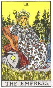 Величавая фигура, с царственным видом восседающая в богатых одеждах - как и подобает Дочери Небес и Земли. В ее диадеме сверкают двенадцать звезд» собранных в созвездие. На стоящем рядом щите изображен символ Венеры. Перед нею качает колосьями зреющая пшеница, а за спиной шумит водопад. Скипетр в ее руке увенчан шаром-символом земного мира. Это дольний Сад Эдемский, Земной Рай, - зримое обиталище человека. Это не Regina coeli [Царица Небесная], но refugium peccatorum [прибежище грешных], благодатная Матерь многих тысяч. В ряде аспектов она вполне справедливо описывается как желанием крылья его; как жена, облеченная в солнце*; как Gloria Mundi [мирская слава], как завеса Sanctum Sanctorum [святая святых]. Впрочем, могу добавить, что это отнюдь не обретшая крылья душа, если только весь символизм не истолковать в ином, непривычном направлении. Прежде всего она олицетворяет вселенскую плодовитость и внешнее значение Мира. Это вполне очевидно, ибо нет для человека более убедительного аргумента, нежели тот факт, что он был рожден женщиной; однако не она сама является носителем этой интерпретации. В иной системе понятий Императрица означает дверь или врата, через которые открывается вход в земную жизнь, словно в Сад Венеры. Тот же путь, что ве-дет за пределы этого сада, есть тайна, ведомая одной лишь Верховной Жрице, которую она открывает только избранным. Старые характеристики этой карты в большинстве своем глубоко ошибочны в истолковании символизма - к примеру, соотнесение Императрицы с понятиями Слова, Божественной природы. Троицы и т. д. Прорицательные значения: Плодотворность, действие, инициатива, долгожительство; нечто неизвестное, тайное; также трудности, сомнение, неведение. Перевернутая карта: Свет, истина, разрешение запутанных проблем, народные празднества; согласно другому толкованию - колебания, нерешительность.