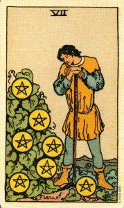 Значение 7 Пентаклей в Deviant Moon Tarot (Таро Безумной Луны) в сравнении с 7 Пентаклей из Таро Райдера-Уэйта